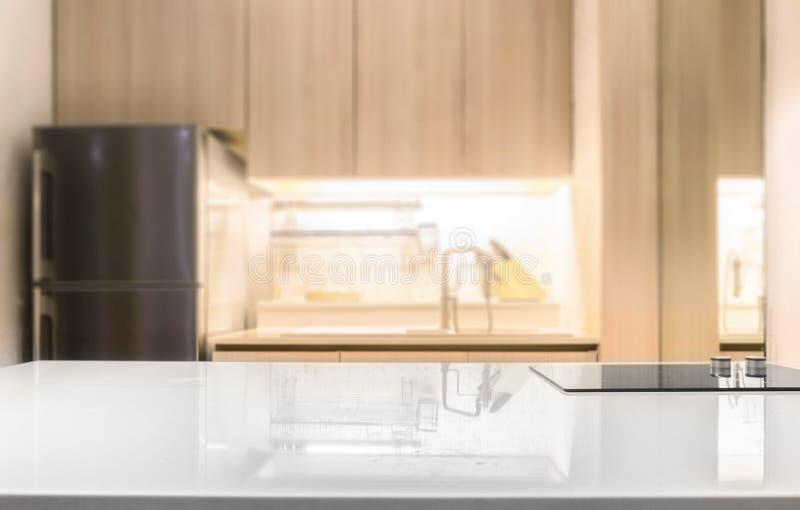 Controsoffitto lucido bianco e sul fondo della stanza della cucina della sfuocatura fotografie stock