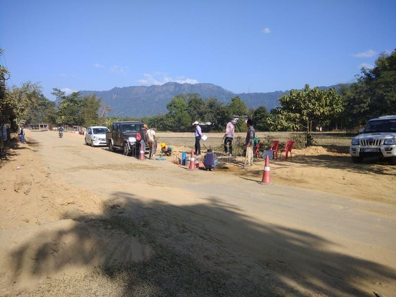 Contruction da estrada no lado indiano da vila fotografia de stock