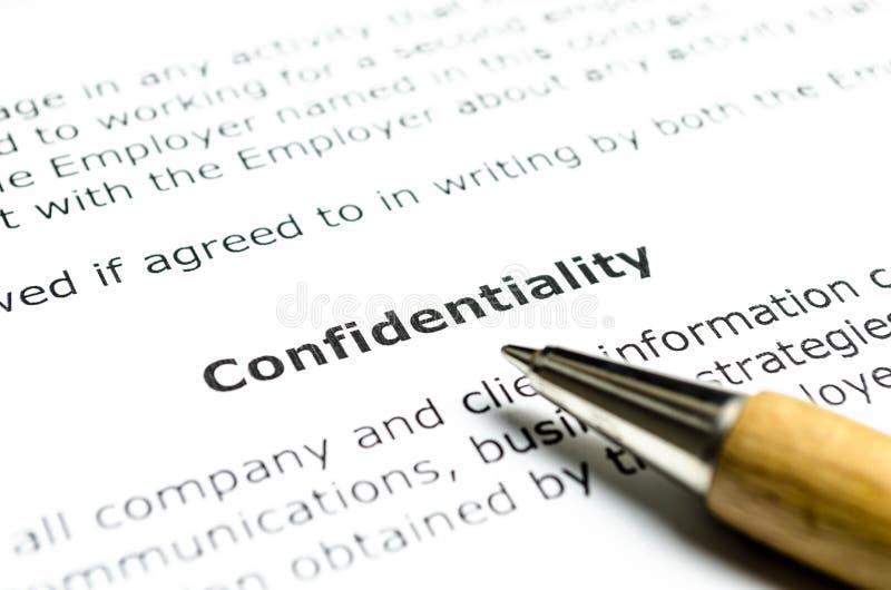 Convention de confidentialité avec le stylo en bois photos stock