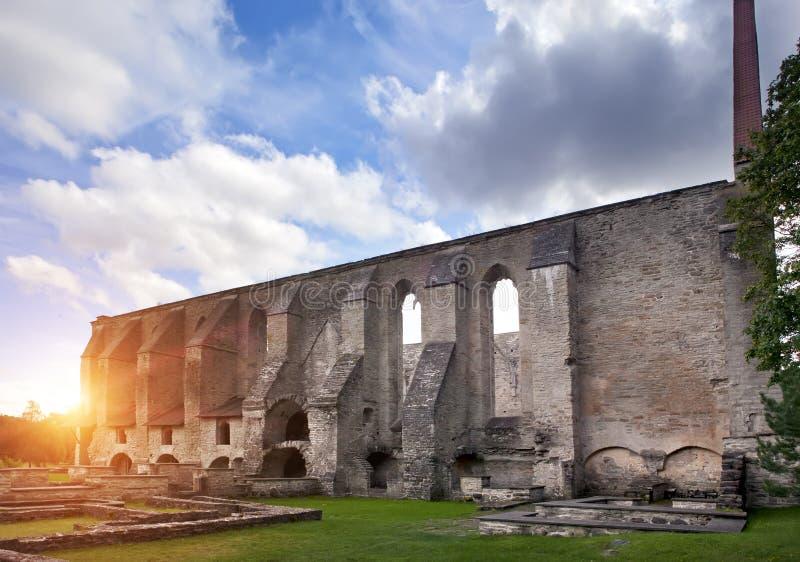 Convento arruinado antigo do St Brigitta 1436 anos na região de Pirita, Tallinn, Estônia foto de stock