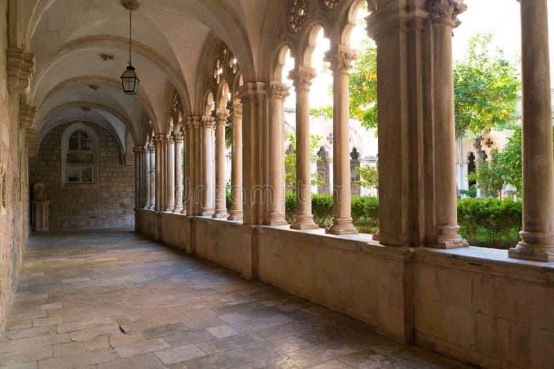 Convento con i bei arché e colonne in vecchio monastero domenicano in Ragusa immagini stock libere da diritti