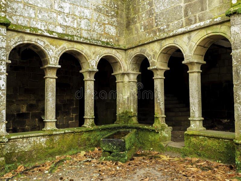Convento con la pila e le foglie immagini stock