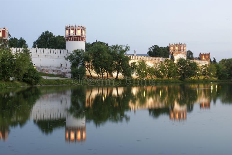 Convento de Novodevichy (en la noche), Moscú, Rusia foto de archivo