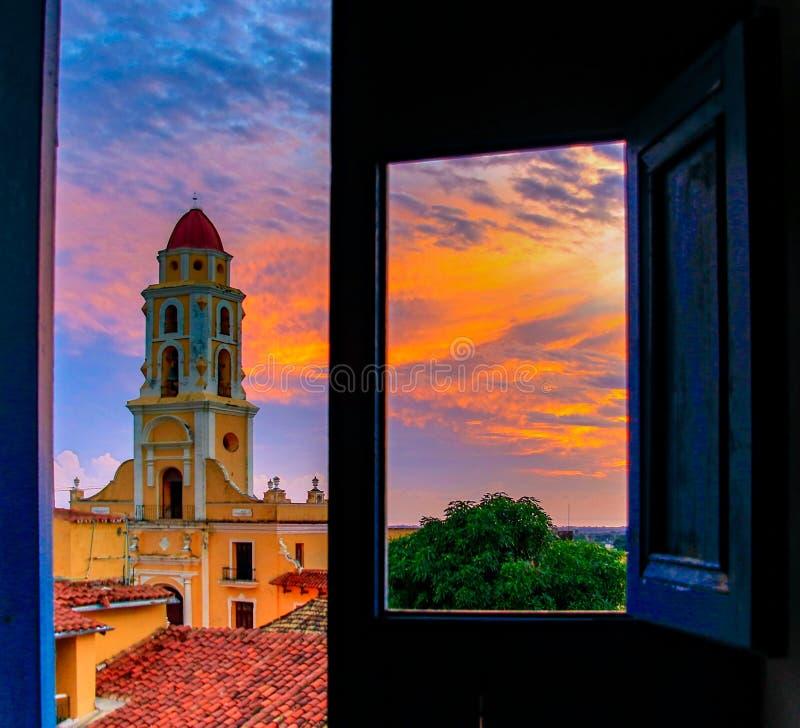 Convento De San Francisco, wie von einer Dachspitze durch eine Tür gesehen stockfotografie