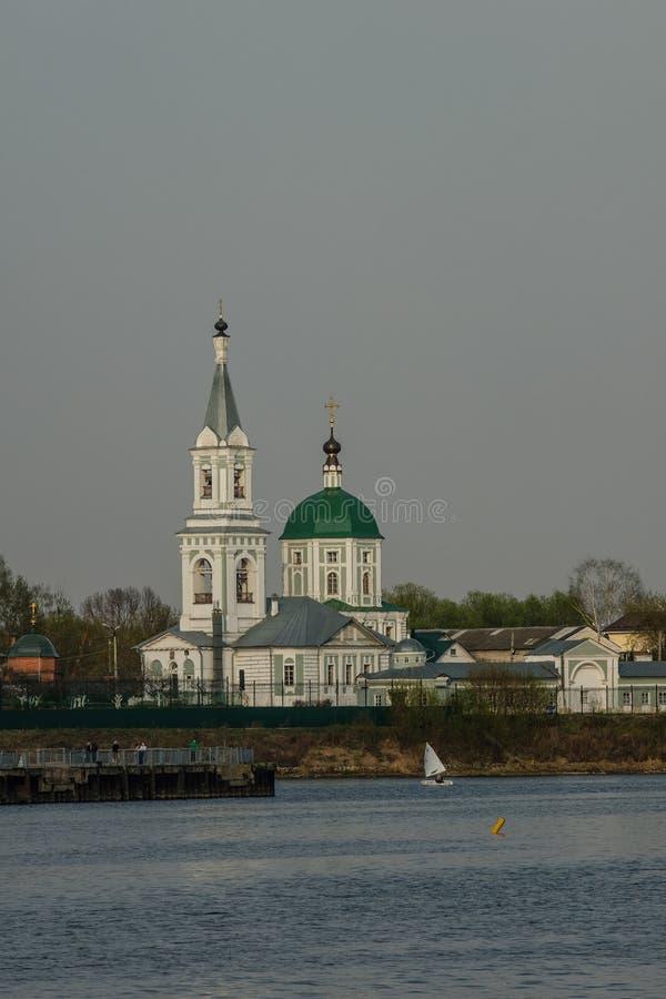 Convento do ` s do St Catherine R?ssia, a cidade Tver Vista do monast?rio do Rio Volga foto de stock