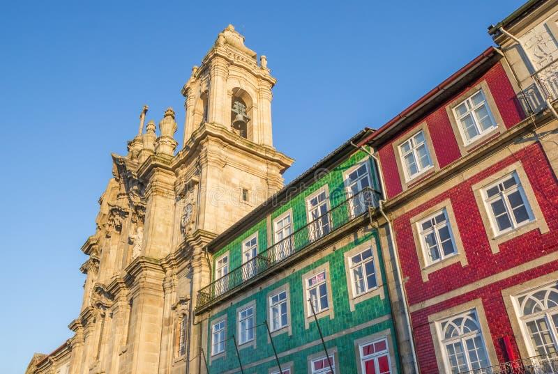 Convento DOS Congregados och färgrika hus i Braga royaltyfri bild
