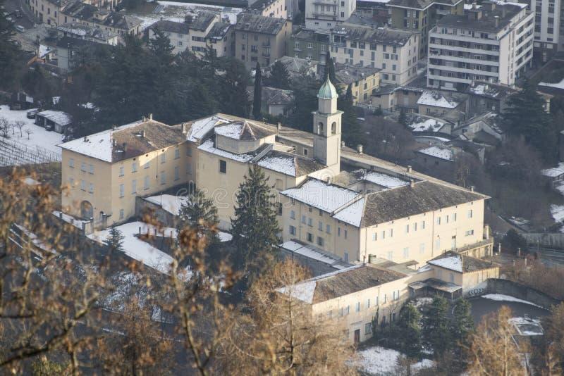 Convento histórico da igreja no monte durante o inverno imagem de stock royalty free