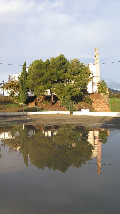 Convento riflesso in acqua piovana immagine stock