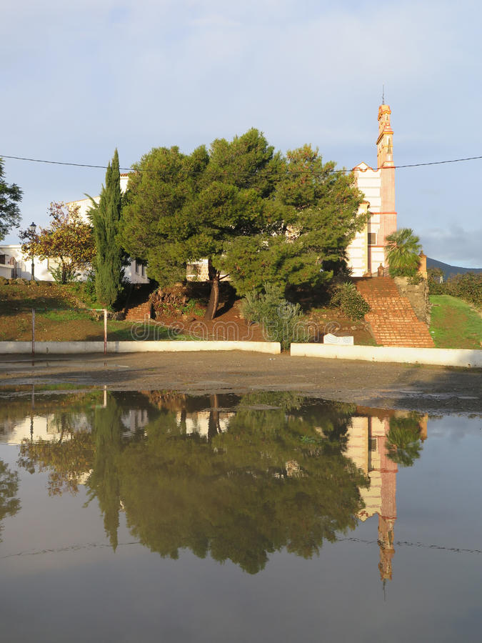 Convento riflesso in acqua piovana immagini stock libere da diritti