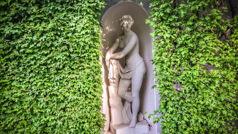 Conversão com uma estátua antiga foto de stock