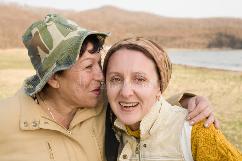 Conversação confidencial de duas mulheres foto de stock royalty free