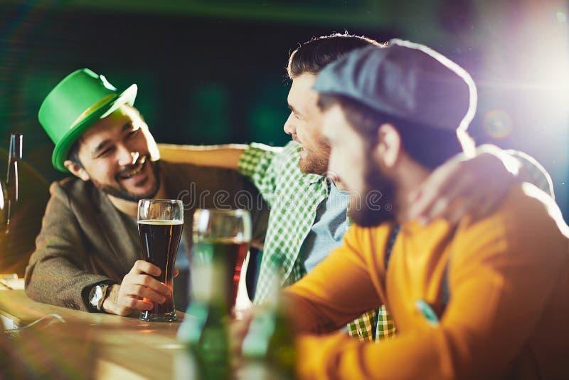 Conversação da cerveja fotografia de stock royalty free