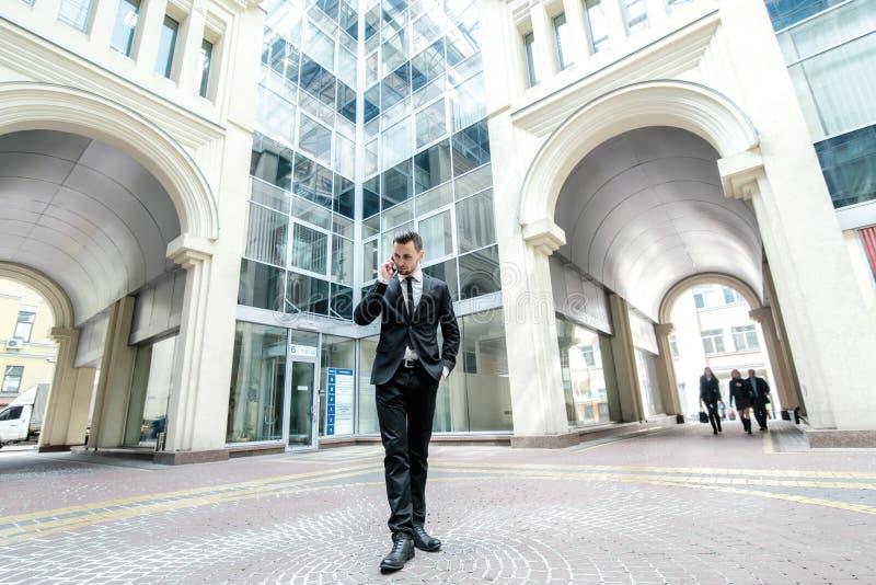 Conversação da manhã com o cliente Vestuário formal g do homem de negócio imagens de stock royalty free