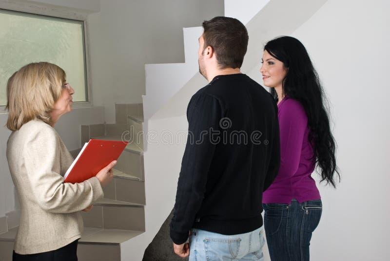 Conversação dos bens imobiliários com pares fotografia de stock royalty free