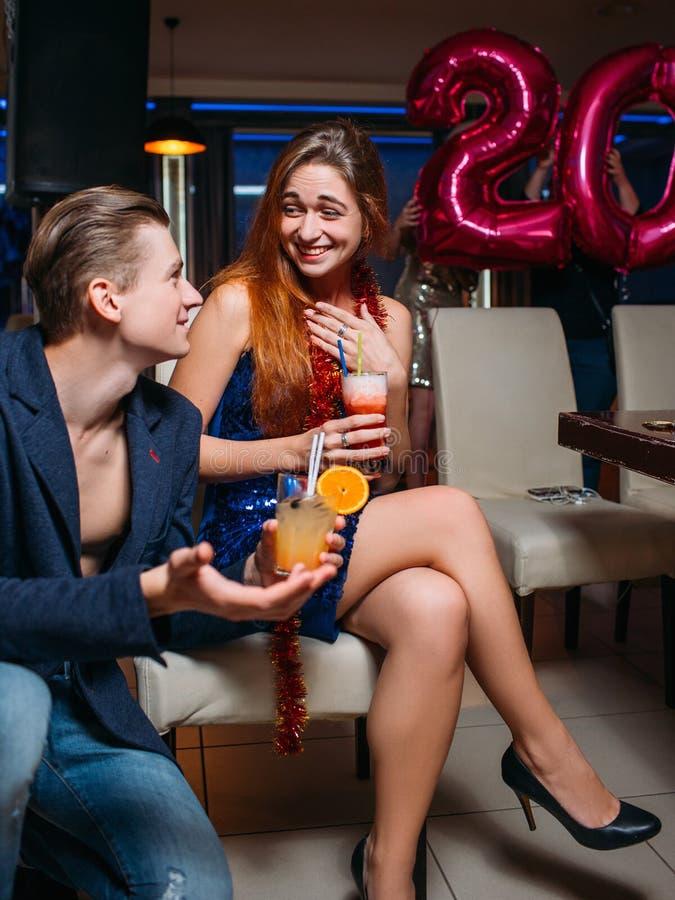Conversação engraçada Uma comunicação alegre no partido fotografia de stock royalty free