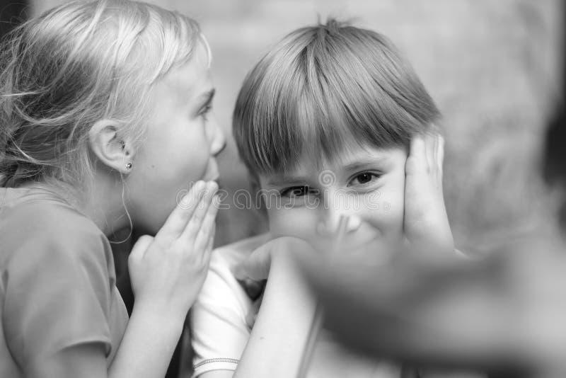 Conversação secreta do ` s das crianças imagens de stock