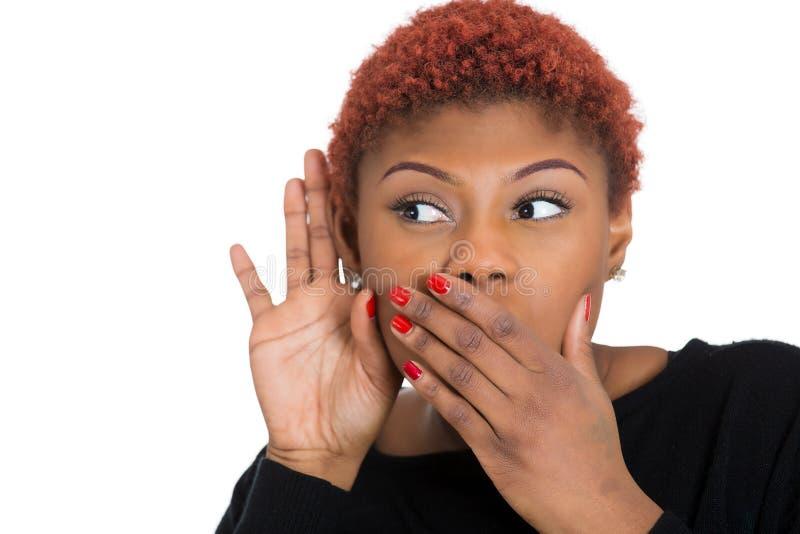Conversação secretamente de escuta intrometido da mulher imagem de stock