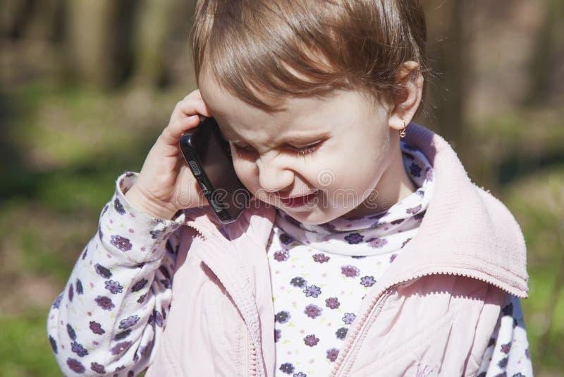 Conversação telefônica do negócio Menina bonita s da criança do negócio imagens de stock royalty free