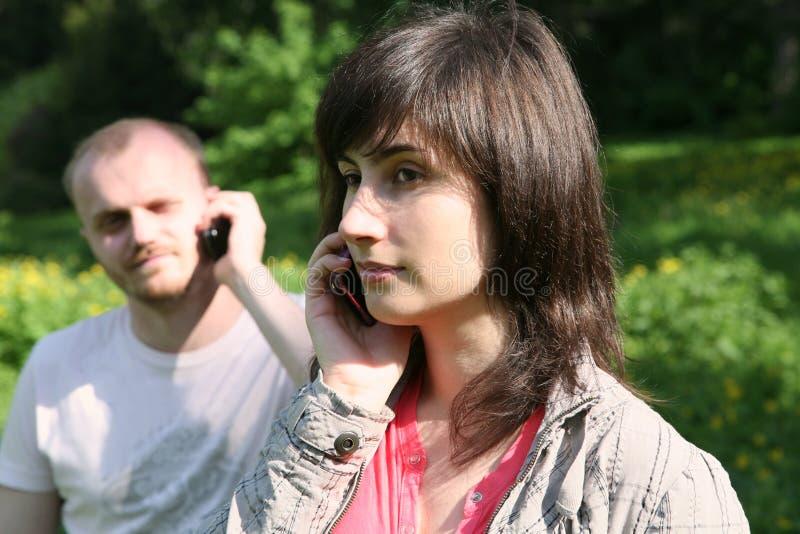 Conversações por um telefone móvel fotografia de stock
