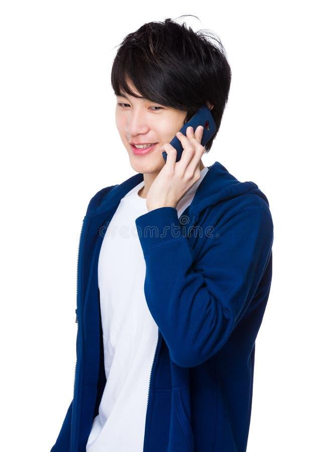 Conversa asiática do homem ao telefone celular fotos de stock