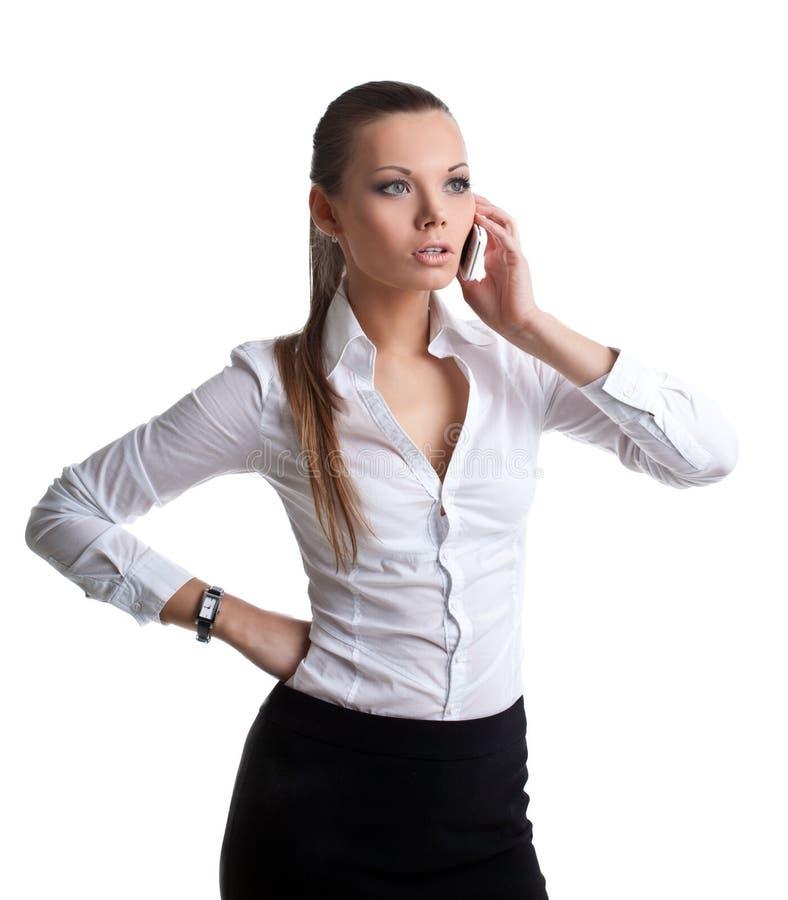 Conversa atrativa da mulher no telefone de pilha isolado fotos de stock