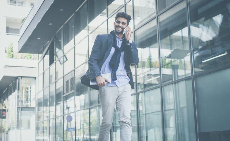 Conversa bem sucedida do negócio sobre o telefone fotografia de stock royalty free