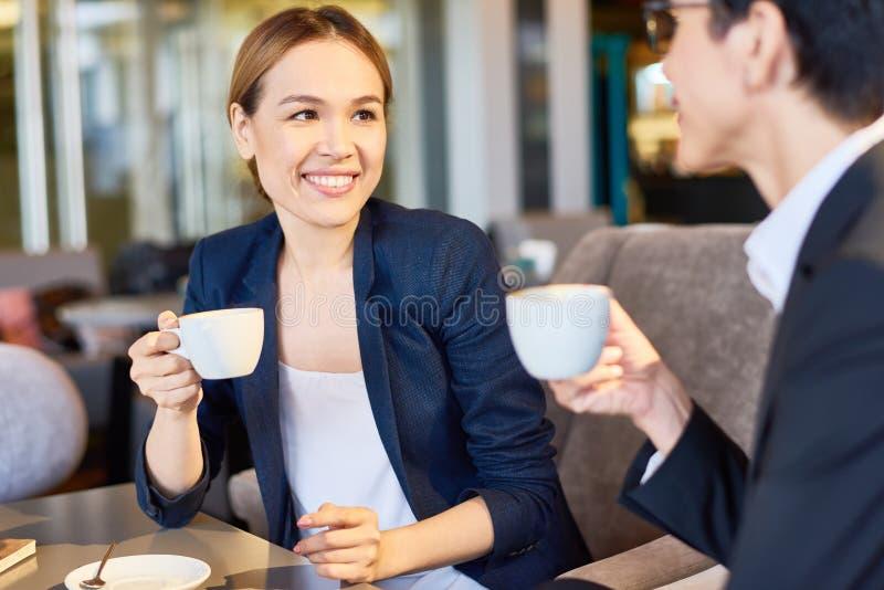 Conversa com o colega na ruptura de café imagem de stock royalty free