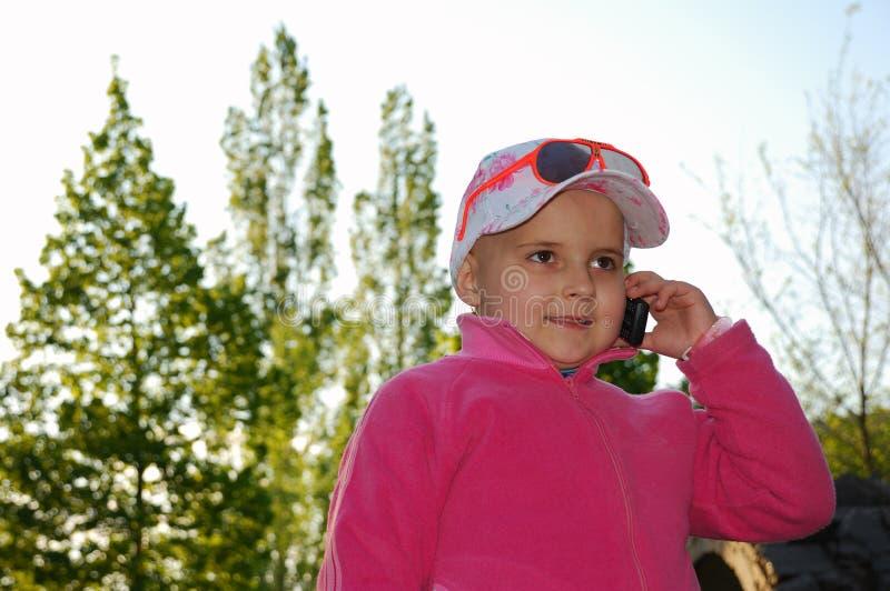 Conversa da criança para o telefone foto de stock