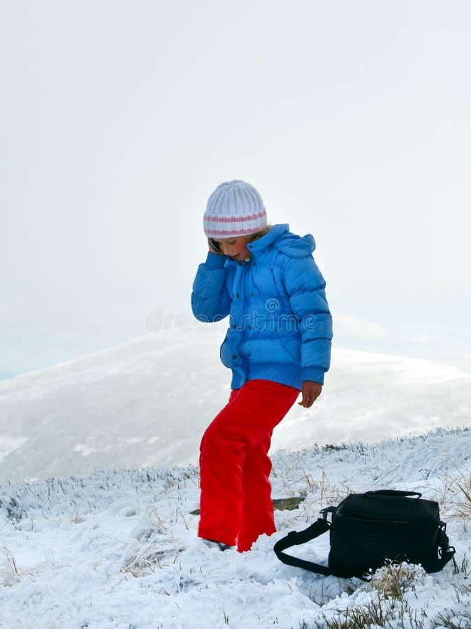 Conversa da menina pelo telemóvel no platô do inverno da montanha fotos de stock