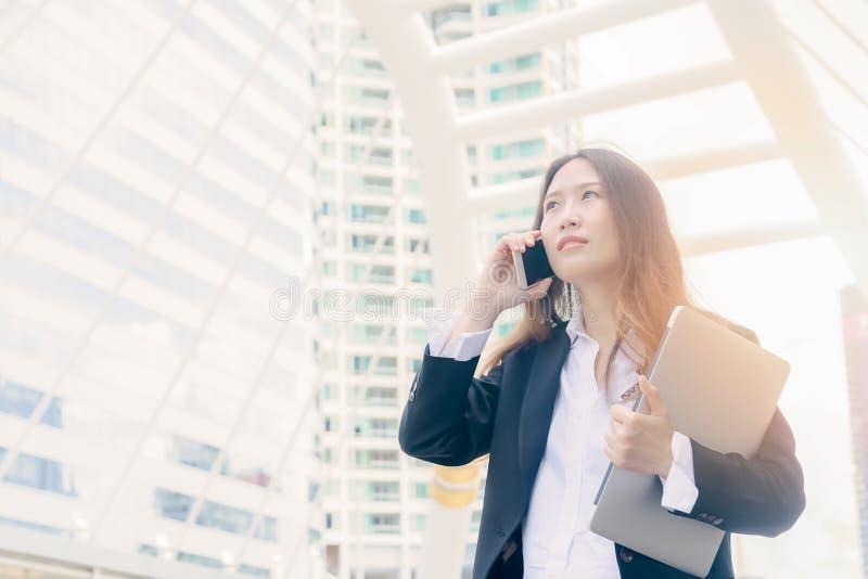 Conversa da mulher de negócio ao telefone: negócio fora do conceito fotografia de stock