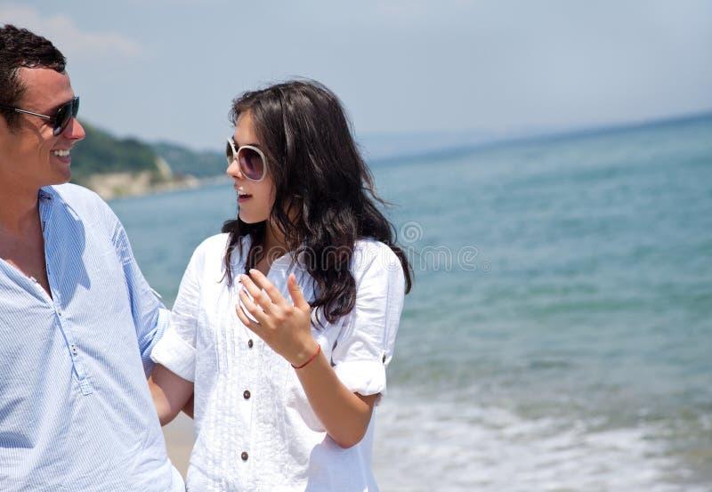 Conversa da praia dos pares imagem de stock royalty free