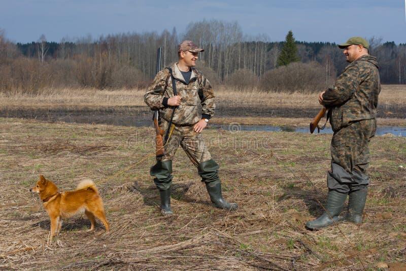 Conversa de dois caçadores imagens de stock royalty free