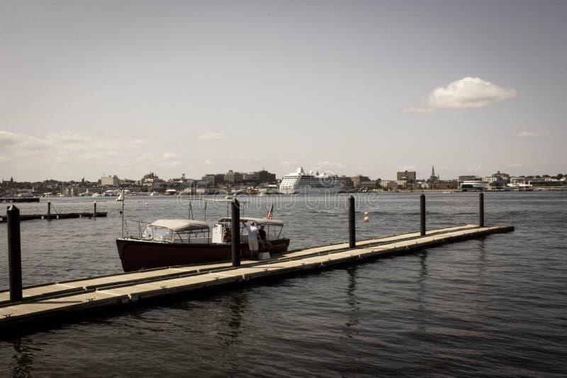 Conversa de dois homens ao lado de um barco fotografia de stock