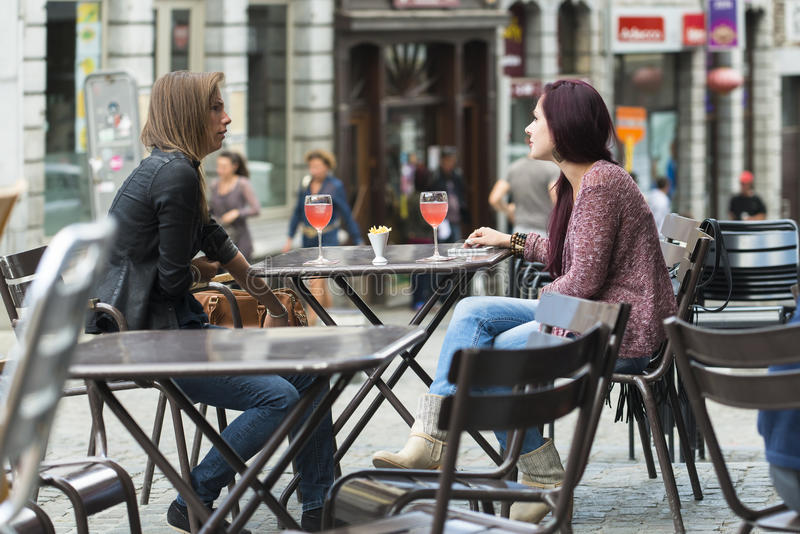 Conversa de duas jovens mulheres foto de stock royalty free
