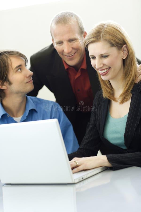 Conversa de três trabalhadores fotos de stock