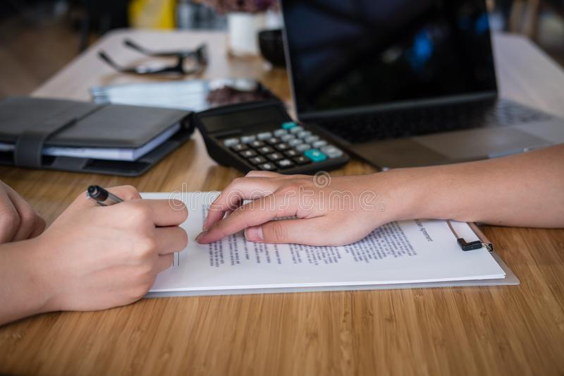 Conversa do corretor de imóveis com cliente o mediador imobiliário tem uma reunião com foto de stock royalty free