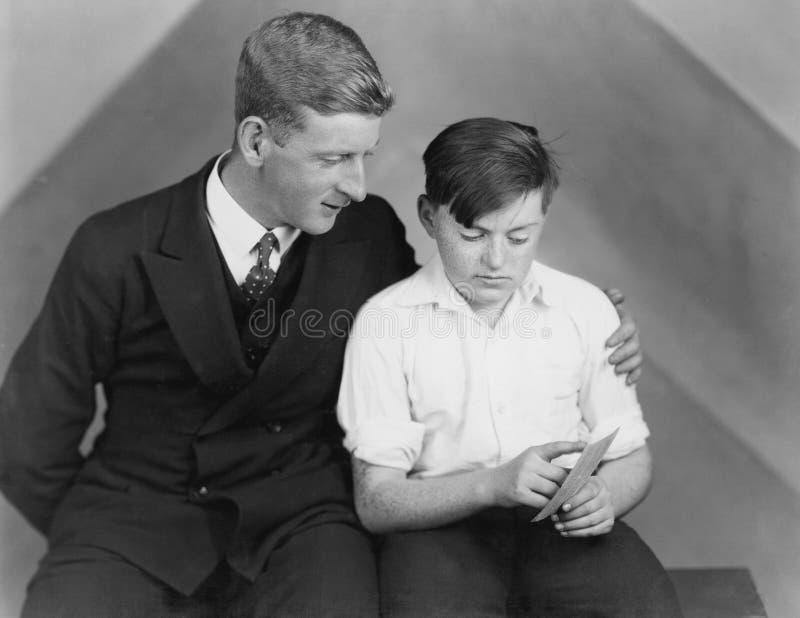 Conversa do filho do pai (todas as pessoas descritas não são umas vivas mais longo e nenhuma propriedade existe Garantias do forn imagem de stock royalty free