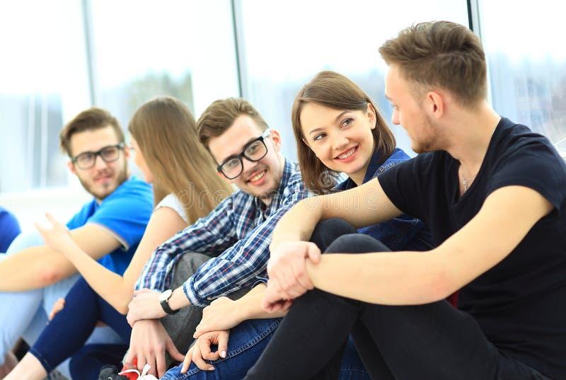 Conversa do grupo de estudantes imagem de stock