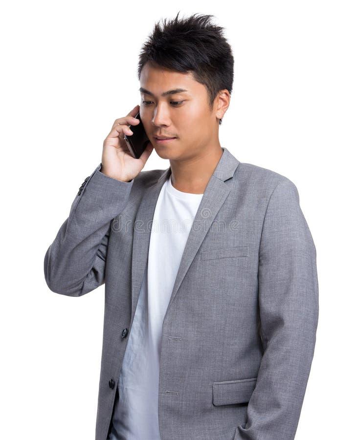 Conversa do homem de negócios ao telefone celular fotos de stock