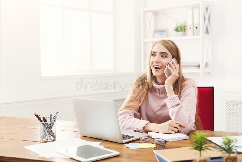 Conversa do negócio, mulher que consulta pelo telefone no escritório imagens de stock