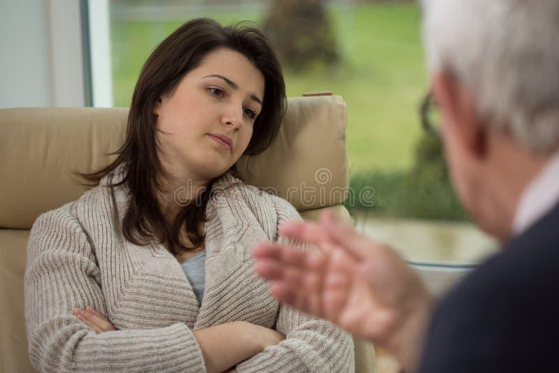 Conversa do terapeuta a seu paciente imagem de stock royalty free