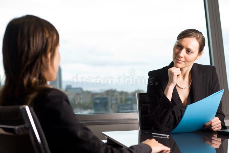 Conversa do trabalho no escritório para negócios imagem de stock
