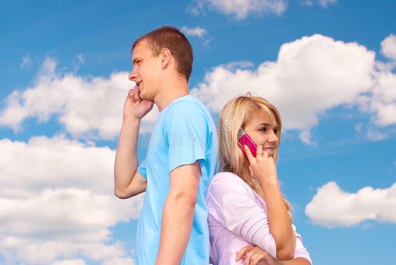 Conversa dos pares em telefones de pilha fotografia de stock