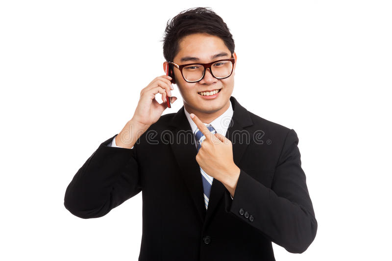 Conversa e ponto asiáticos do sorriso do homem de negócios ao telefone celular fotos de stock