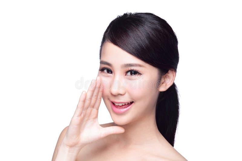 Conversa feliz da mulher dos cuidados com a pele a você fotos de stock