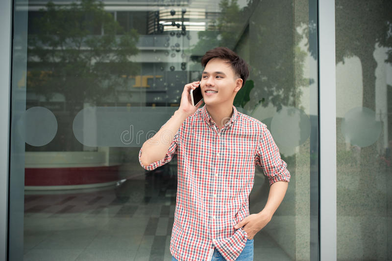 Conversa nova do homem de negócios ao telefone celular no escritório imagem de stock royalty free