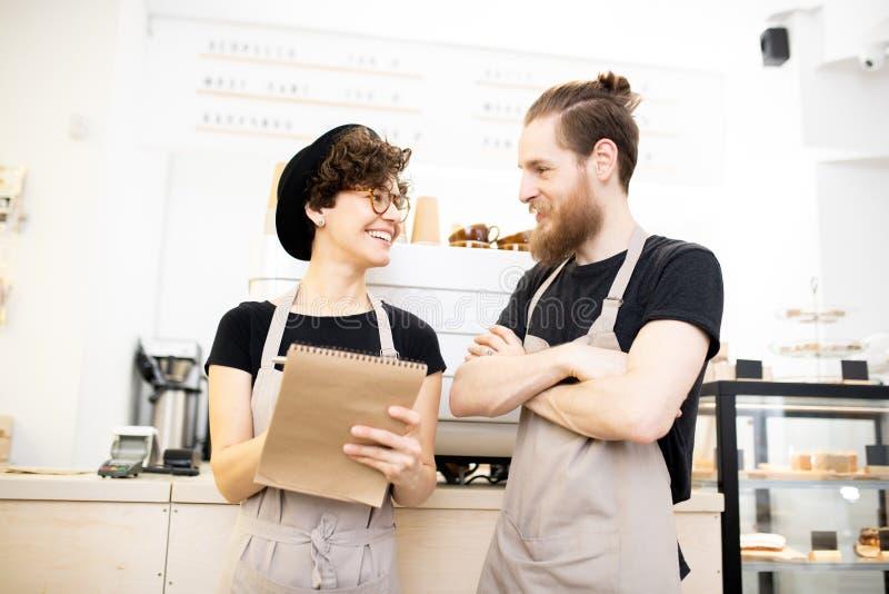 Conversa positiva dos colegas da cafetaria fotografia de stock royalty free