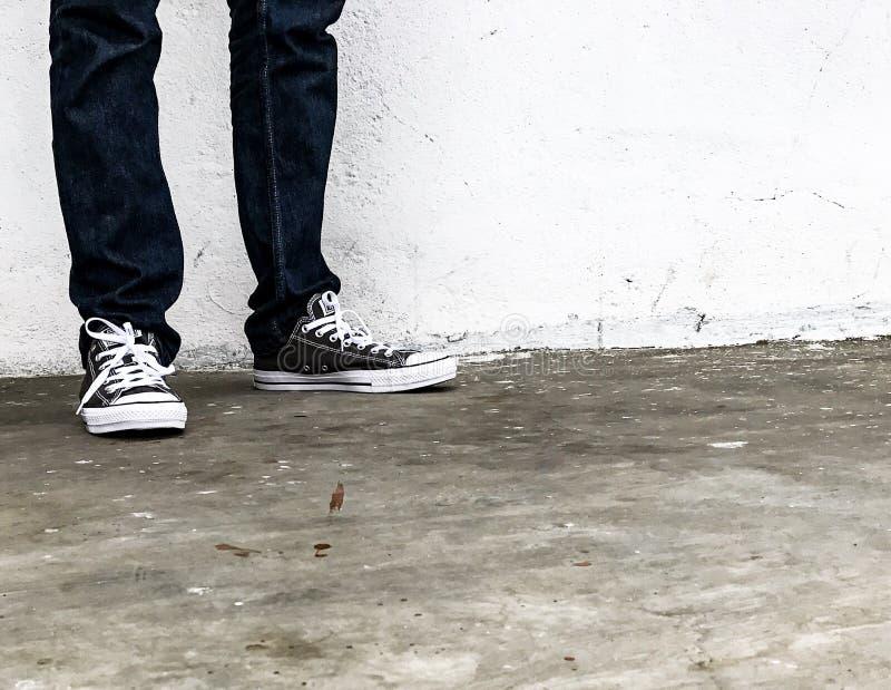 Conversa todo el negro de las zapatillas de deporte de la estrella imágenes de archivo libres de regalías