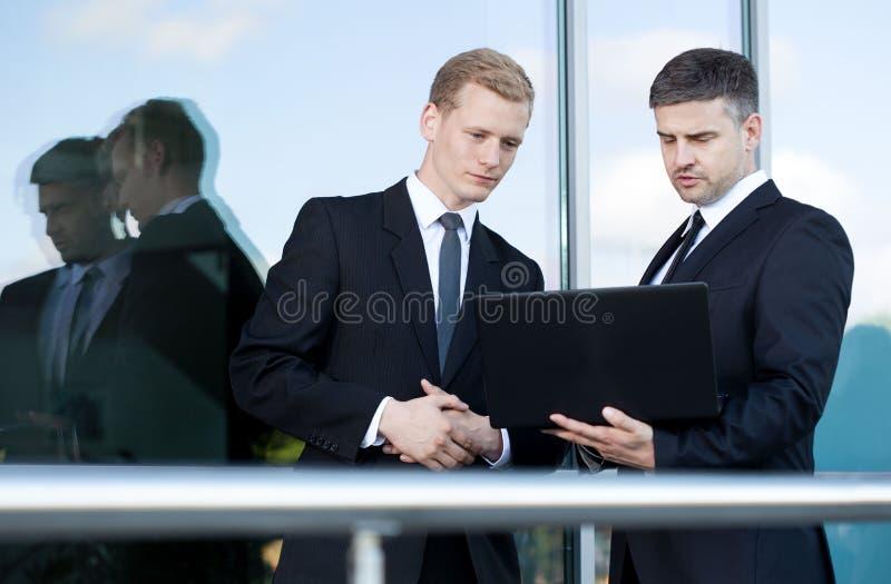 Conversación antes de la reunión de negocios fotos de archivo libres de regalías