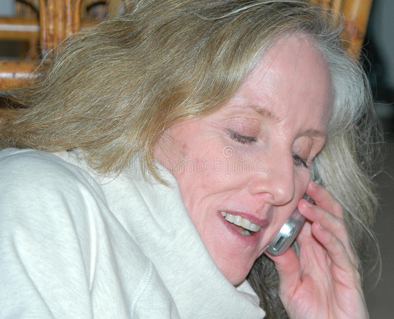 Conversación del teléfono móvil. fotografía de archivo